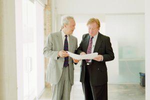 Zwei Anwälte reden miteinander