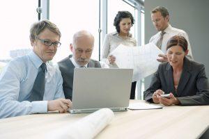 Rechtsanwälte arbeiten im Team unter Verwendung von Advolux