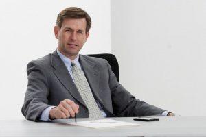 Ein Rechtsanwalt am Schreibtisch