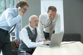 Gut gelaunte Anwälte entdecken die unzähligen Möglichkeiten der Kanzleisoftware Advolux