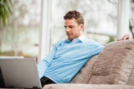 Anwalt informiert sich am Laptop über Advolux