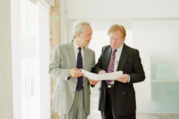 Zwei Typen reden miteinander